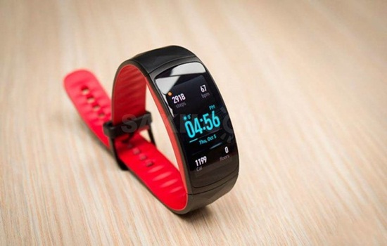 fitnes braslet s nfc android pay plyusy i minusy