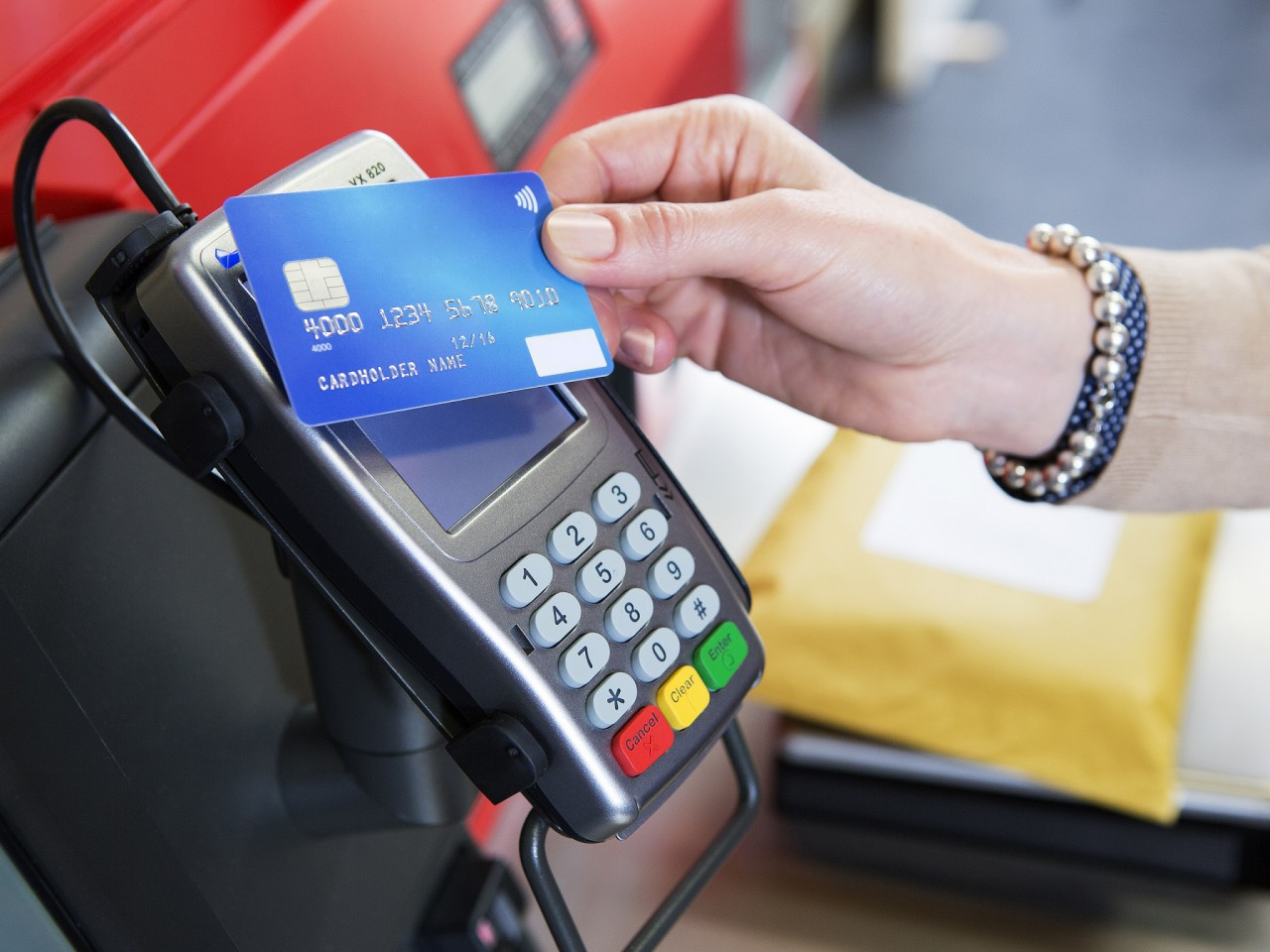 kak prikladyvat kartu k terminalu dlya oplaty poryadok dejstvij
